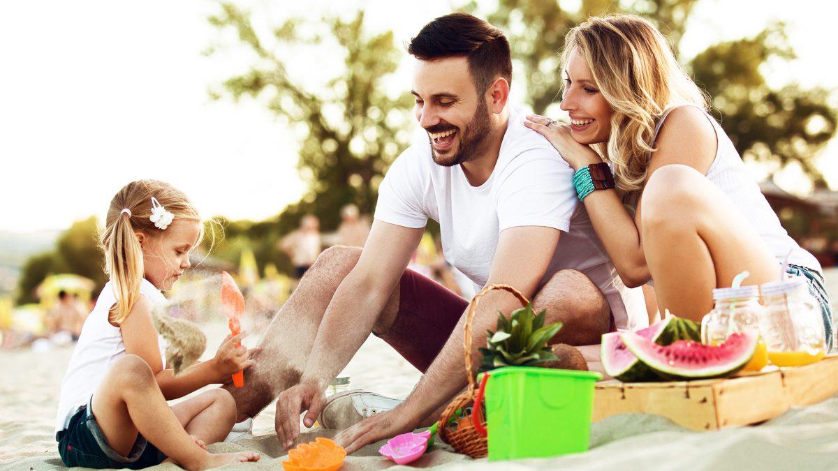 Family on the beach | MoneyShop